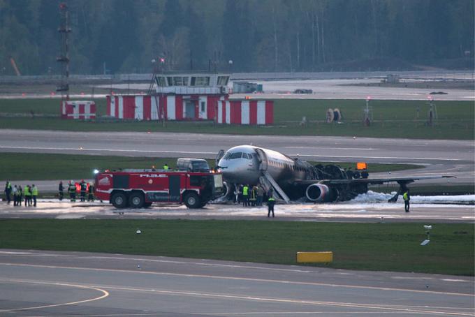 """<p> Chiếc Sukhoi Superjet 100 gặp tai nạn, sản xuất năm 2017, mới được đưa vào phục vụ từ đầu tháng 4. Aeroflot và Ủy ban điều tra Nga đang mở các chiến dịch nhằm tìm ra nguyên nhân dẫn tới sự cố. Hãng hàng không Nga bồi thường tối đa <a href=""""https://ione.net/tin-tuc/nhip-song/hong/hang-hang-khong-nga-boi-thuong-toi-da-5-trieu-rup-cho-nan-nhan-may-bay-3919665.html"""">5 triệu rúp</a> cho nạn nhân máy bay cháy.</p>"""