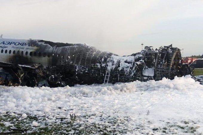 """<p> <em>AP</em> cho biết, chiếc máy bay có đăng ký RA-89098 đã bị <a href=""""https://ione.net/tin-tuc/nhip-song/hong/hinh-anh-dau-tien-ve-may-bay-nga-sau-hoa-hoan-3919275.html"""">hư hỏng nặng</a>, với phần đuôi gần như bị phá hủy. Nửa sau thân bị cháy đen chỉ còn trơ khung tại sân bay Sheremetyevo, một ngày sau vụ tai nạn thảm khốc.</p>"""