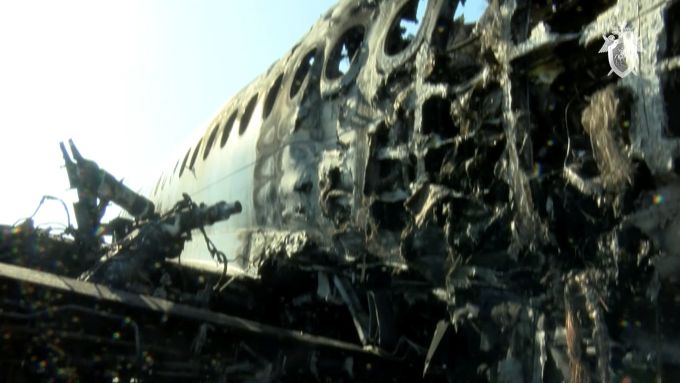 <p> Khung máy bay bị cháy biến dạng, ám khói đen kịt.</p>
