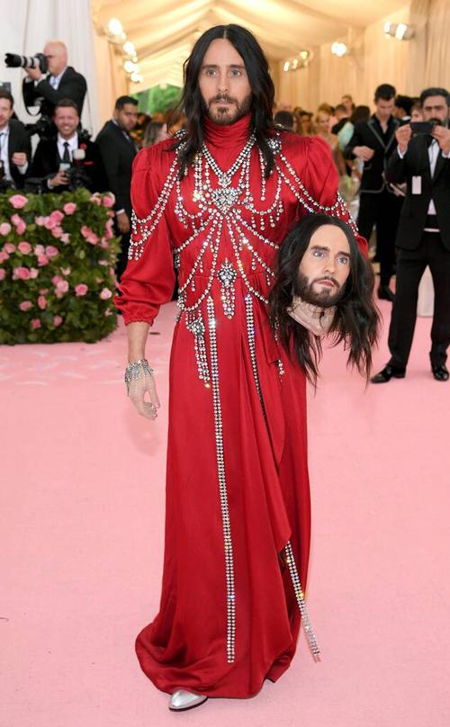 Jared Lato lấy cảm hứng từ ý tưởng gây xôn xao một thời của Gucci,cầm thủ cấp của chính mình trên tay.