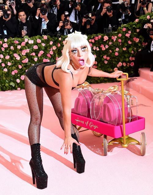 Diện bộ cánh hở hang táo bạo, Lady Gaga không ngại kết hợp cùng những cách tạo dáng cũng nhạy cảm không kém.
