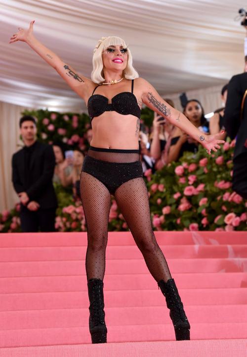 Khi đã pose chán chê cùng chiếc váy hồng, nữ ca sĩ thực hiện màn lột đồ lần cuối. Cởi bỏ lớp váy hai dây, phía trong cô mặc bộ nội y lấp lánh và quần tất.