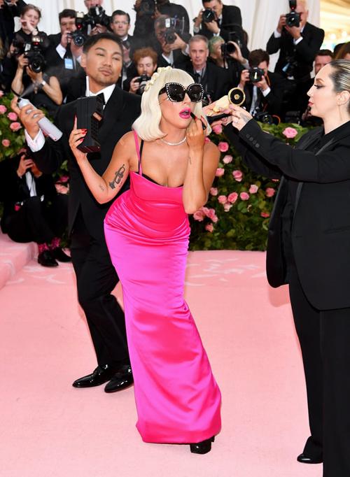 Để thể hiện concept chuẩn bị đồ đi tiệc, Lady Gaga còn diễn như đang tút tát lại diện mạo trên thảm đỏ.