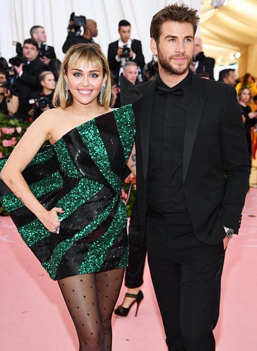 Tuy nhiên, nhiều fan vẫnthích thú trước sự đáng yêucủa cặp sao trẻ. Miley nổi tiếng với tính cách phóng khoáng nghịch ngợm nên cô thường bày trò chọc phá Liam. Ở ngoài đời, hai vợ chồng cũng thường chia sẻ những trò đùa nhắng nhít gây cười trên mạng xã hội.