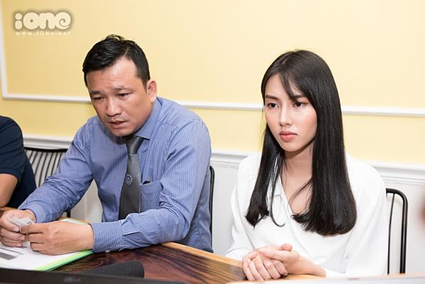 Thùy Tiên và luật sư trong buổi làm việc với báo chí.