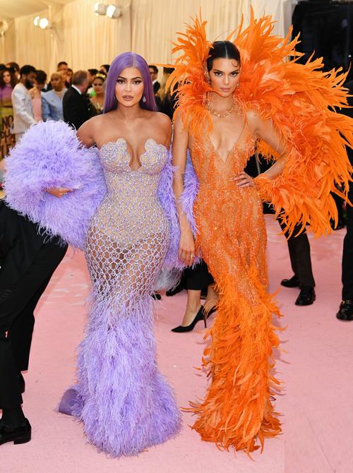 Hai chị em Kylie - Kendall Jenner như thường lệ vẫn là những mỹ nhân quyến rũ, cuốn hút nhất thảm đỏ.
