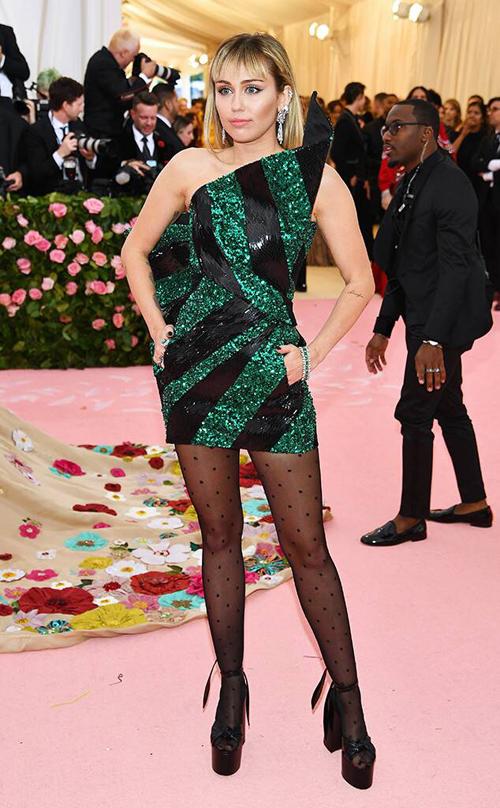 Khác với những trang phục cầu kỳ của nhiều sao khác, Miley Cyrus lại đơn giản bất ngờ. Cô chỉ diện một chiếc đầm ôm của Saint Laurent.