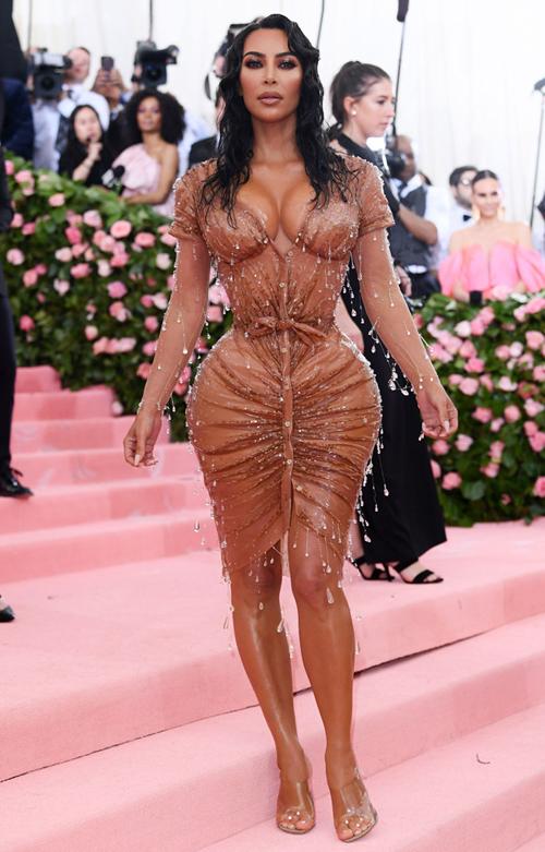 Thân hình đồng hồ cát siêu tưởng của Kim Kardashian được tôn lên với bộ váy bó sát siết chặt vòng eo.