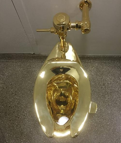 Cận cảnh chiếc toilet dát vàng.