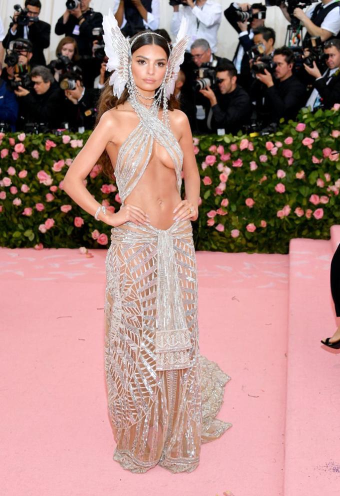 """<p> Emily Ratajkowski thu hút ống kính ở Met Gala 2019 với trang phục """"mặc như không"""". Bộ đầm xuyên thấu cắt khoét táo bạo không đủ che thân hình bốc lửa với vòng một đầy đặn siêu mẫu gợi cảm bậc nhất thế giới.</p>"""