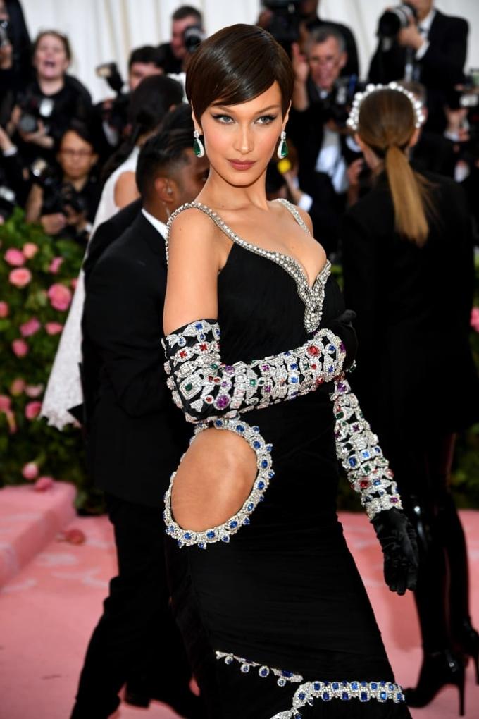 <p> Bella Hadid mặc bộ váy cảm hứng cổ điển không chỉ o ép vòng một mà còn khoét mảng lớn ở hông khiến cô nàng không thể mặc các kiểu nội y thông thường.</p>
