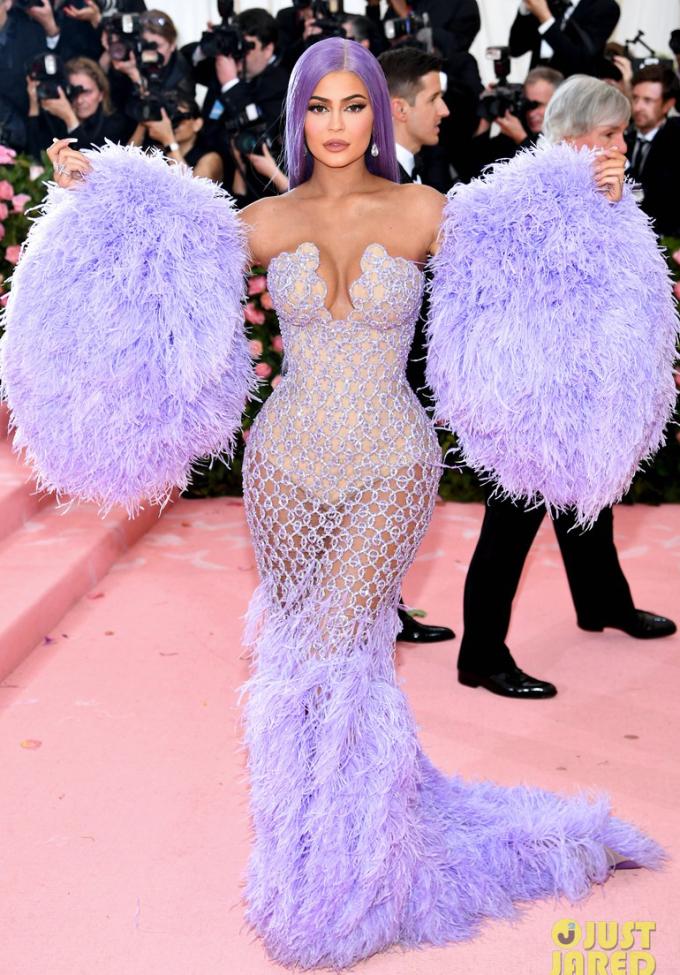 <p> Thiết kế Versace dạng lưới, phía trong bodysuit bó sát giúp Kylie Jenner tôn lên đường cong mỹ miều dù đã qua một lần sinh nở.</p>