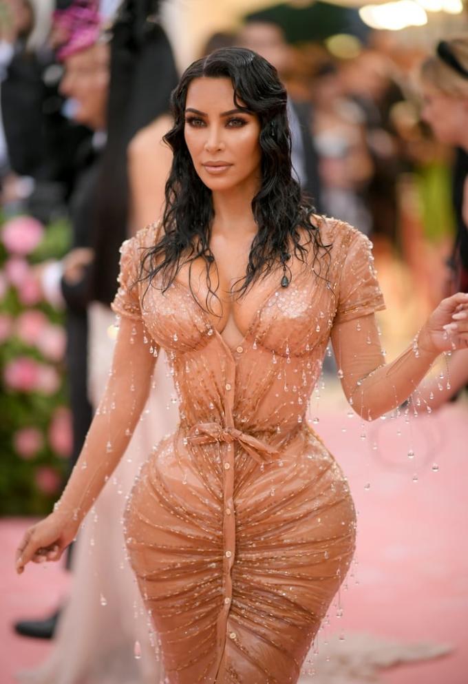 """<p> Kim Kardashian khoe vóc dáng siêu thực với vòng một, vòng ba căng tròn như trái bóng và eo """"con kiến"""" nhỏ xíu đến khó tin. Ngôi sao Mỹ cố tình chọn váy màu nude tương đồng với da thật để càng tăng hiệu ứng """"mặc như không"""".</p>"""