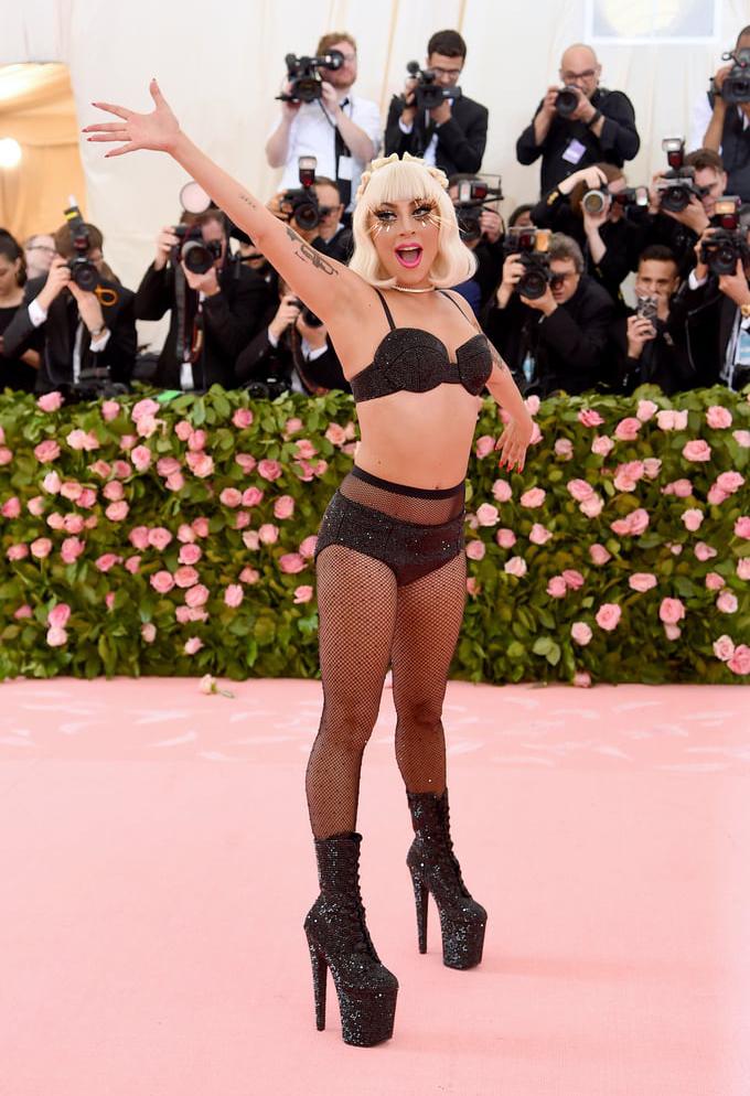 <p> Lady Gaga thay đến 4 bộ trang phục trong 16 phút ở trên thảm đỏ, nhưng gây sốc nhất là bộ nội y đi kèm tất lưới.</p>