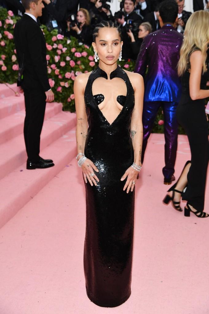 <p> Không có vòng một đẹp, Zoe Kravitz vẫn chẳng ngại diện bộ váy có thiết kế khoét ngực mạnh tay.</p>