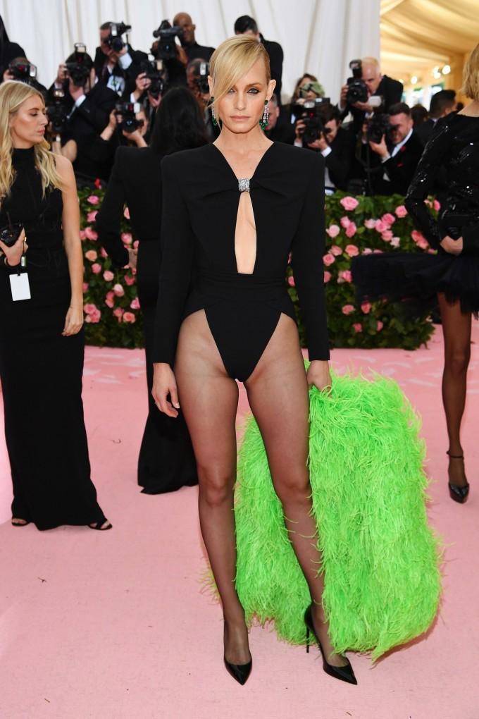 <p> Người mẫu Amber Valletta trong thiết kế Saint Laurent táo bạo bậc nhất Met Gala năm nay.</p>