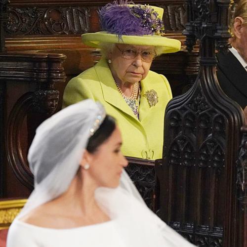 Thái độ hững hờ của Nữ hoàng và hoàng gia Anh dành cho Meghan trong thời gian cô mang bầu cũng là một chi tiết lạ. Thông thường, thành viên mới của hoàng gia sẽ được Nữ hoàng tư vấn đặt tên. Tuy nhiên với con trai của vợ chồng công tước xứ Sussex, người đứng đầu hoàng gia vẫn chưa có động tĩnh. Theo The Express, Harry và Meghan không phải tự ý chuyển chỗ ở mà thực chất là bị buộc phải rời khỏi Cung điện Kensington theo yêu cầu của Nữ hoàng. Hai vợ chồng cũng đã tách khỏi văn phòng chung với William - Kate để lập văn phòng riêng. Hiện tại cặp đôi đã lập Instagram riêng sau khi chuyển đến dinh thự Frogmore Cottage để bắt đầu tổ ấm mới.