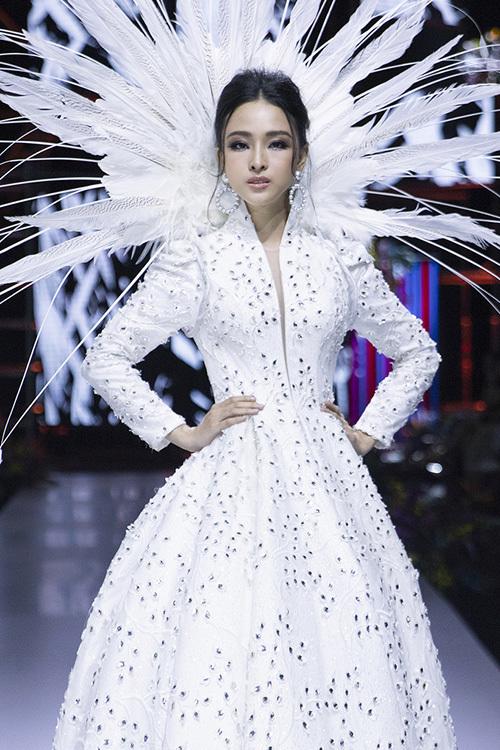 Gần đây, cô tích cực tái xuất showbiz trong các sự kiện thời trang. Hồi tháng 4, người đẹp đảm nhiệm vai trò vedette cho một fashion show lớn.