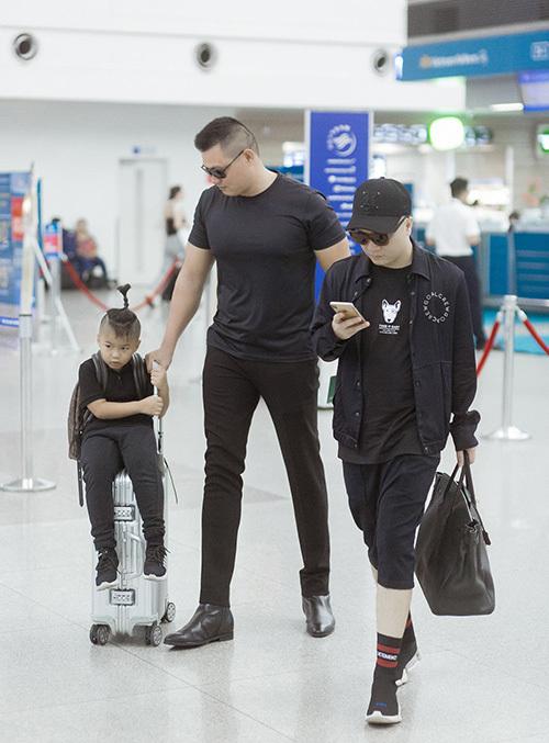 Trong chuyến đi này, NTK Đỗ Mạnh Cường mang theo con trai nuôi bé Nhím. Tại sân bay, NTK và con trai nuôi đều cùng chọn diện trang phục màu đen cá tính. Vệ sĩ riêng cũng theo để hộ tống, bảo vệ an ninh của Đỗ Mạnh Cường trong những ngày lưu lại Úc.