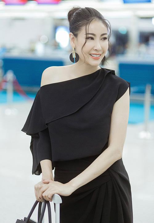 Hoa hậu Việt Nam 1992 tô điểm cho bộ cánh với hoa tai to bản, giày cao gót đen và túi Hermes.