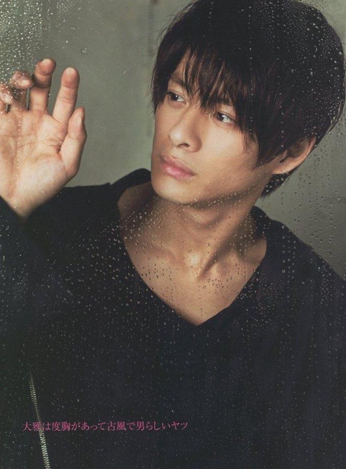 <p> Hirano Sho sinh năm 1997, là thành viên của nhómKing & Prince. Netizen nhận xét Sho có hình tượng mạnh mẽ, nam tính. Anh chàng hát khá tốt, nhảy ổn và còn biết nhào lộn. Hirano Sho được bình chọn là mỹ nam hoàn hảo cho các bộ phim học đường.</p>