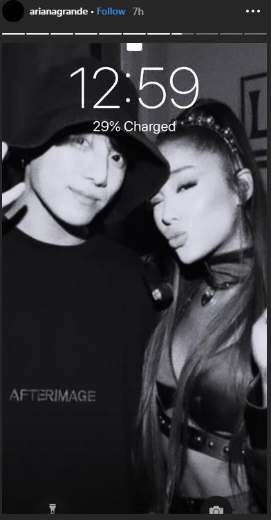 Thậm chí Ariana còn cài ảnh chụp chung với Jung Kook làm hình nền điện thoại.