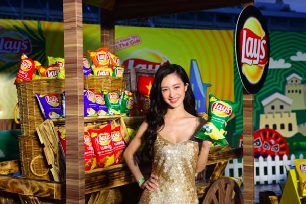 Cùng chọn váy sequin, Jun Vũ rạng rỡ trong đầm vảy cá ánh kim vàng, khoe vòng mộtthu hút tại khu trải nghiệm 6 hương vị Lays tại Việt Nam