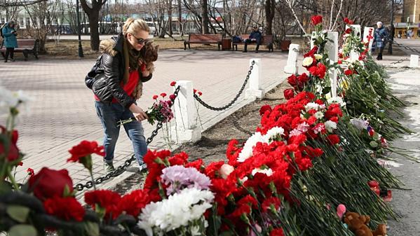 Người dân đặt hoa tưởng niệm những vị khách xấu số thiệt mạng trên máy bay Nga bốc cháy hôm 5/5.