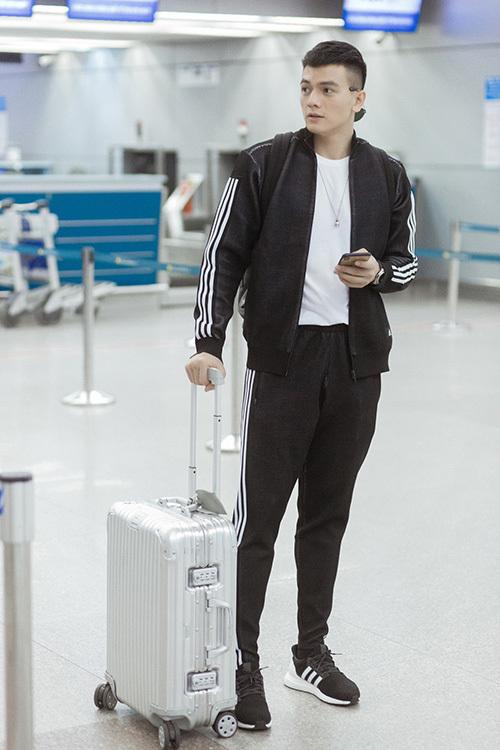 Người mẫu Lê Xuân Tiền, chàng thơ của NTK Đỗ Mạnh cường cũng di chuyển sang Sydney sớm. Tại sân bay, anh chàng chọn diện trang phục thể thao cá tính, năng động với hai tông màu đen, trắng làm chủ đạo. Lê Xuân Tiền sẽ trình diễn trong show lần này.