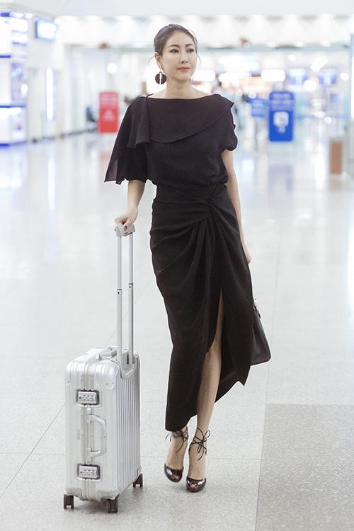 Hoa hậu Hà Kiều Anh sang trọng, quyến rũ với áo chiffon bất đối xứng kết hợp chân váy xẻ cao trẻ trung, cùng tông màu đen thanh lịch.
