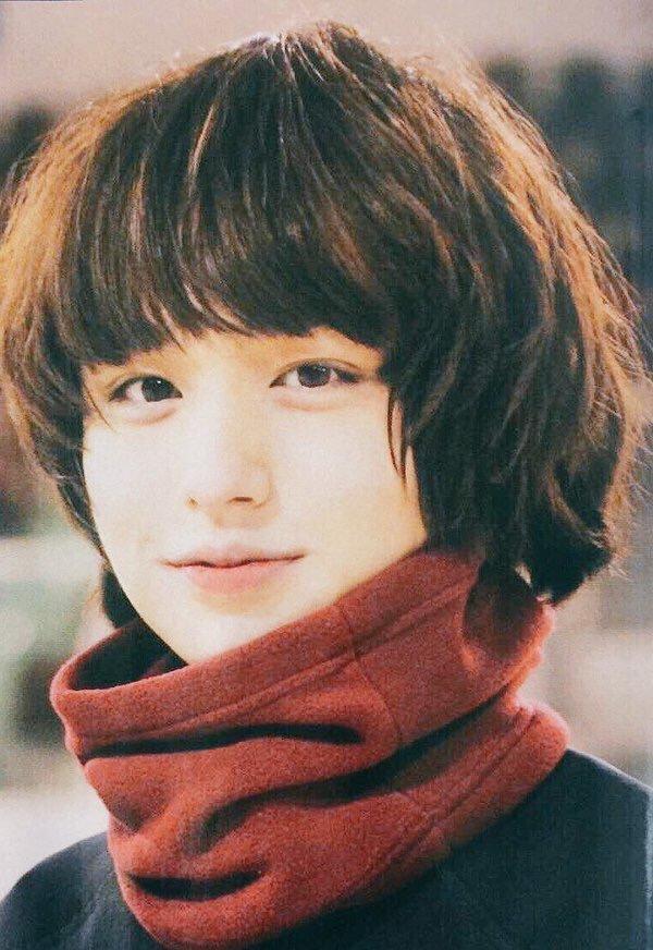 """<p> Inoo Kei có khuôn mặt ''búng ra sữa"""" nhưng ít ai ngờ rằng anh chàng sinh năm 1990, đã gần 30 tuổi. Kei là thành viên của nhómHey! Say! JUMP. Ngoài việc biểu diễn, nam nghệ sĩ còn có nhiều bộ phim đạt doanh thu cao.</p>"""