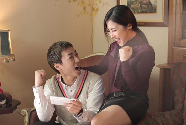 Ba Duy và Hương Tràm trong MV.
