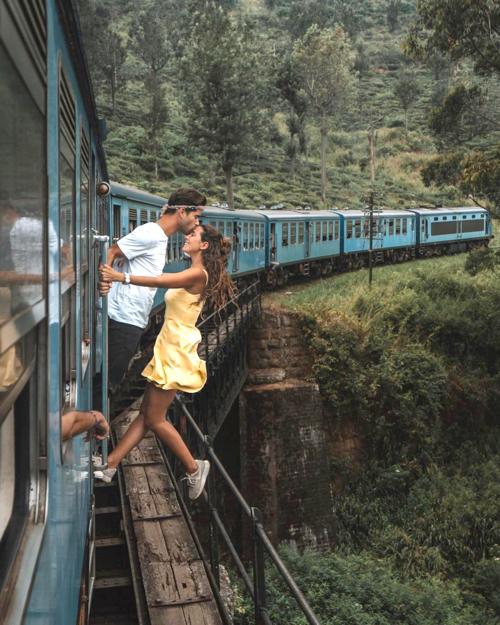 Cặp bloggerRaquel và Miguel đu người ra ngoài khi tàu hỏa đang chạy.