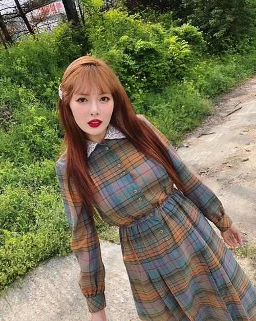 Hyun Ah bỗng hóa thiếu nữ ngây thơ với bộ cánh kín cổng cao tường, kẹp tóc duyên dáng.