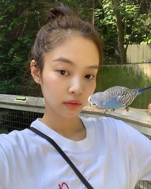 Jennie trang điểm nhẹ như không đi chơi công viên.