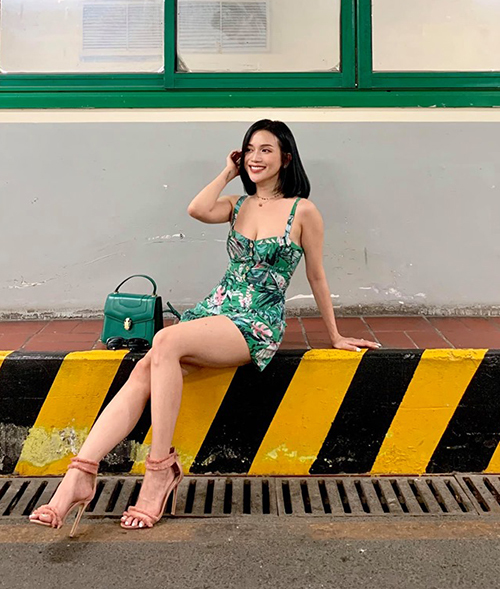 Tông xanh lá giúp Sĩ Thanh có diện mạo đầy mát mắt để xuống phố ngày hè.
