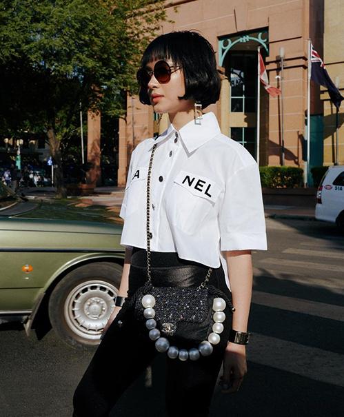 Châu Bùi đầu tư sắm cả cây Chanel sành điệu, trong đó riêng chiếc sơ mi croptop đã có giá đến hơn 55 triệu đồng.