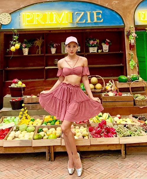 Set váy thun giúp Phương Trinh Jolie vừa mát mẻ, vừa khoe được vóc dáng săn chắc.
