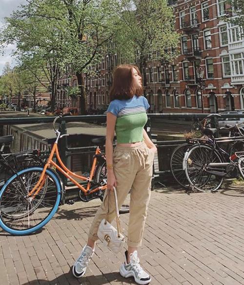 Đi du lịch, Jolie Nguyễn lên đồ năng động nhưng cũng rất sành điệu. Điểm nhấn là đôi sneakers Louis Vuitton giá 25 triệu đồng.