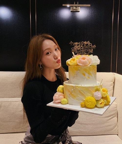 Lee Sung Kyung mừng phim điện ảnh mới Girl Cops ra rạp ngày 9/5.