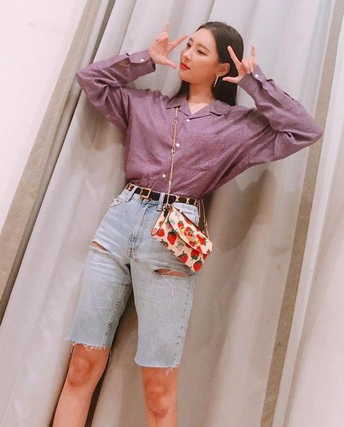 Sun Mi theo mốt quần lửng mix áo sơ mi và túi xách in hình xì tin.