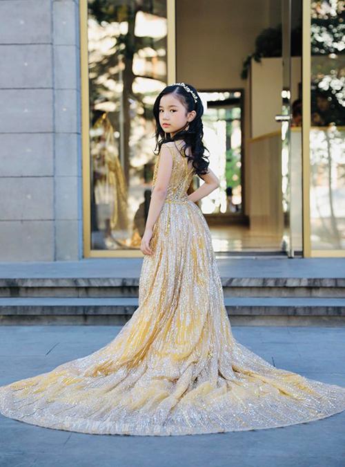 Mẫu Việt 7 tuổi mặc váy xẻ ngực thi Hoa hậu Hoàn vũ nhí - 1