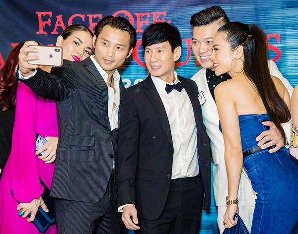Ca sĩ Đan Nguyên nhiệt tình chụp ảnh selfie với các đồng nghiệp.