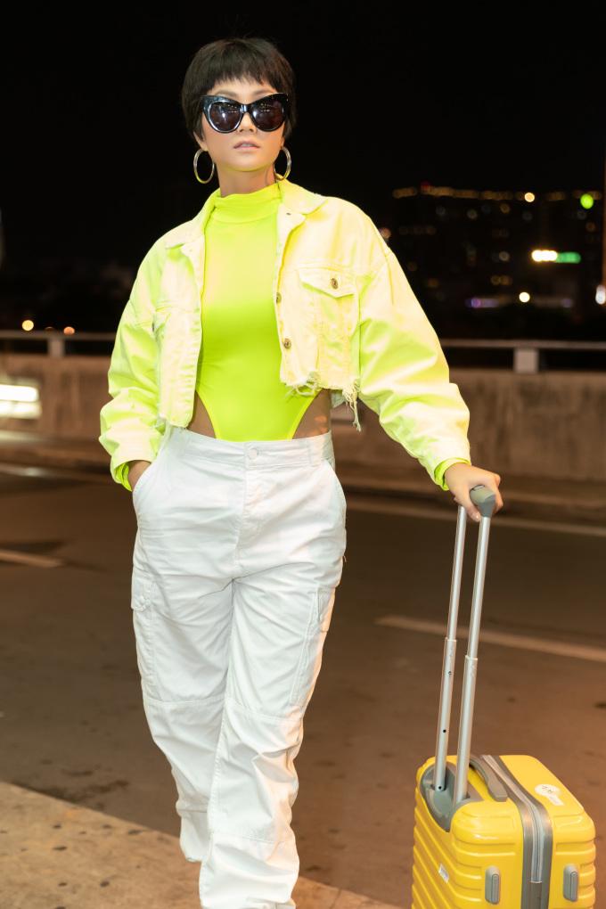 <p> Hoa hậu Hoàn vũ Việt Nam 2017 chọn phong cách cá tính trong lần xuất hiện này. Cô diện áo khoác xanh neon, quần túi hộp cool ngầu. Điểm đặc biệt nhất trên set đồ là chiếc bodysuit khoét hông cao.</p>