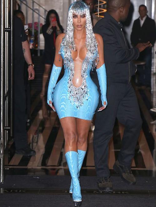 Tại buổi tiệc hậu Met Gala, Kim tái hiện hình ảnh của danh ca Cher với bộ đầm bó không kém.