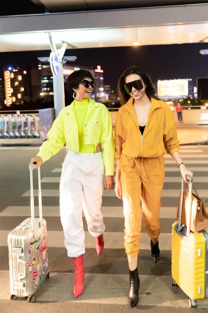 """<p> Cùng diện trang phục tông màu nổi bật tại sân bay, H'Hen Niê và Lệ Hằng vui vẻ, háo hức cho chuyến xuất ngoại chung này. Đây cũng là dịp để """"mẹ chồng nàng dâu"""" đi du lịch, nghỉ dưỡng trước khi trở lại với những dự án, kế hoạch hợp tác chung trong thời gian tới.</p>"""
