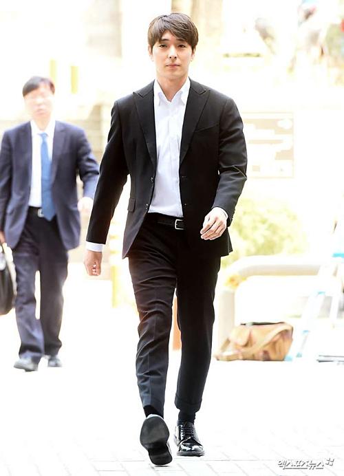 Ngày 18/4, SBS tiết lộ, một nạn nhân nữ gọi tắt là A đã đệ đơn kiệnChoi Jong Hoon, Jung Joon Young và ba người đàn ông khác về cáo buộc cưỡng hiếp tập thể. Theo lời khai, sự việc xảy ravào tháng 3/2016, trong một cuộc tụ tập uống rượu.Cô bị chuốc thuốc trong tình trạng mất ý thức. Khi tỉnh dậy vào buổi sáng ngày hôm sau, A nhận ra rằng mình đang ở trongmột căn phòng khách sạn. Choi Jong Hoon, Jung Joon Young và 3 người đàn ông khác cũng có mặt tại đó.Cô rời khỏi hiện trường vì quá sợ hãi.