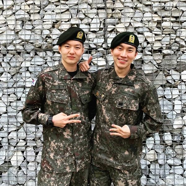 Eun Kwang và Chang Sub (BTOB) hội ngộ trong màu áo lính.