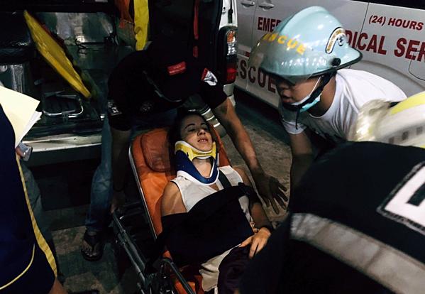 Hành khách bị thương đưa đi theo dõi tại bệnh viện địa phương. Ảnh: AP