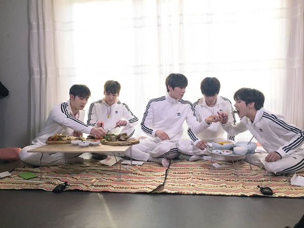Các thành viên NUEST thân thiết ngồi ăn chung.